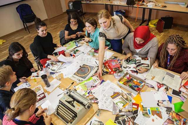 """""""Grrrls! Let's make a zine! Ein Do-It-Yourself Workshop"""" mit jungen Frauen aus sechs Ländern im Rahmen von """"Women's Space – Internationale Jugendbegegnung"""". Foto: Pia Streicher"""