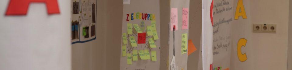 Das Bild zeigt Papierbahnen, die von Studierenden zum Thema Kultur für alle beklebt und beschriftet wurden