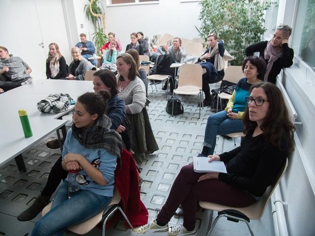 Das Bild zeigt Teilnehmende der Workshops bei der Abschlusspräsentation