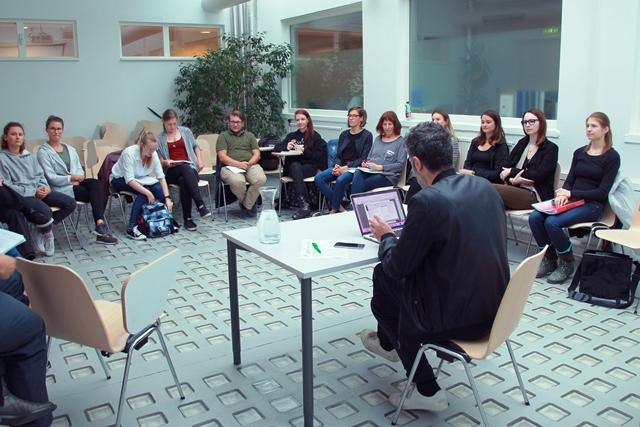 Das Bild zeigt Can Gülcü im Kreis von Studierenden