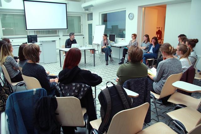 Das Bild zeigt Can Gülcü mit Studierenden beim Workshop