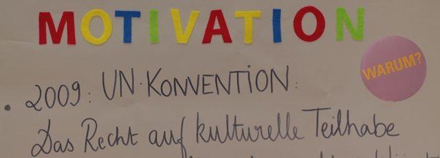 Das Bild zeigt einen einen Ausschnitt aus Papierbahnen, die von Studierenden beklebt und beschriftet wurden. Hier steht Motivation und das Recht auf kulturelle teilhabe wurde 2009 zum Menschenrecht erklärt