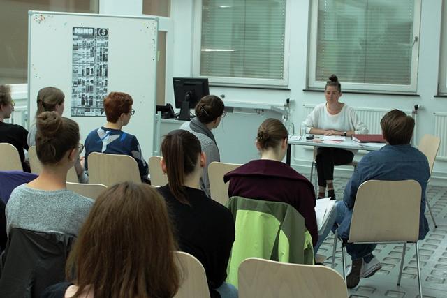 Ulli Mayer im W+K-Atelier beim Vortrag vor Studierenden