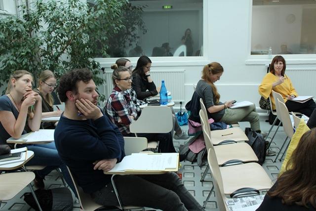 Studierende im Gespräch beim Gastvortrag von Ulli Mayer