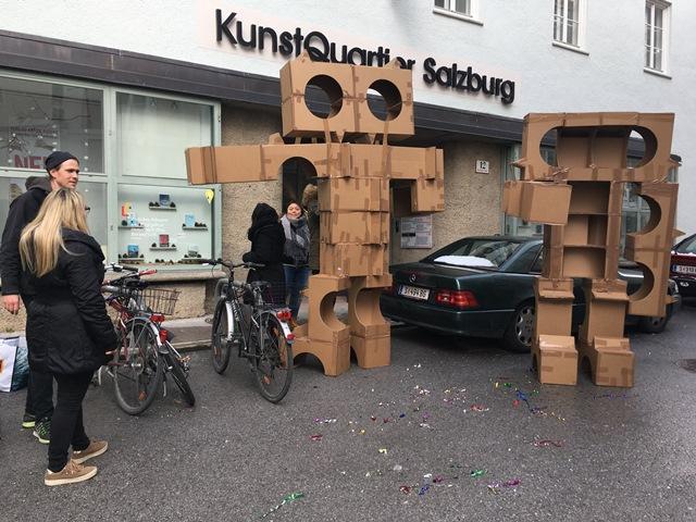 Das Bild zeigt die beiden Kartonmonster vor dem KunstQuartier in der Bergstraße.