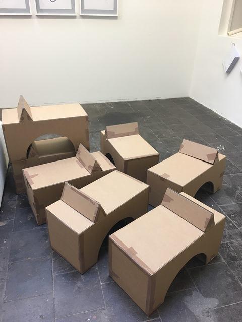 Das Bild zeigt die Kartons, aus denen die Monster entstehen.