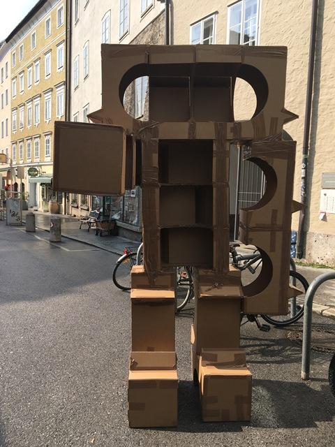 Das Bild zeigt eines der Kartonmonster in der Bergstraße.