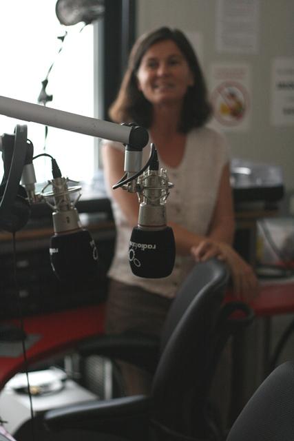 Das Bild zeigt Eva Schmidhuber im Sendestudio der Radiofabrik