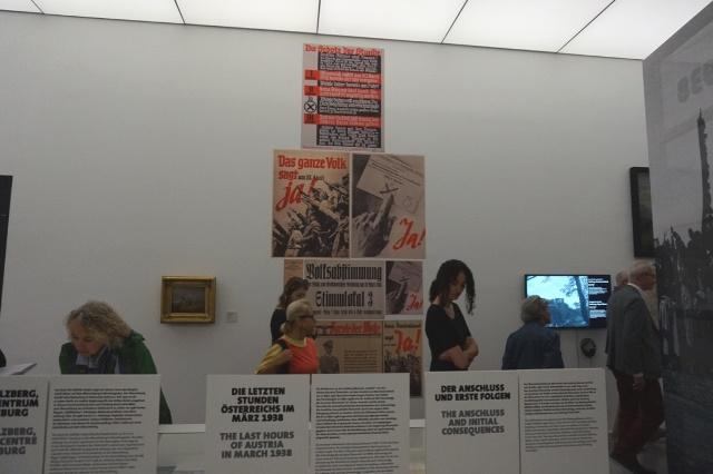 Das Bild zeigt einen Ausschnitt aus der Ausstellung Anschluss, Krieg und Trümmer und Studierende
