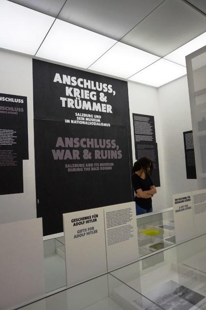 Das Foto zeigt das Ausstellungsplakat zu Anschluss, Krieg & Trümmer
