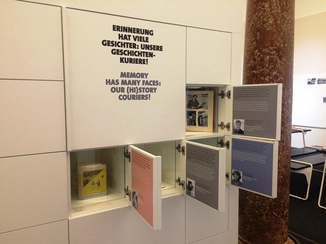Das Bild zeigt Schaukästen im Studio Geschichte im Museum der Moderne