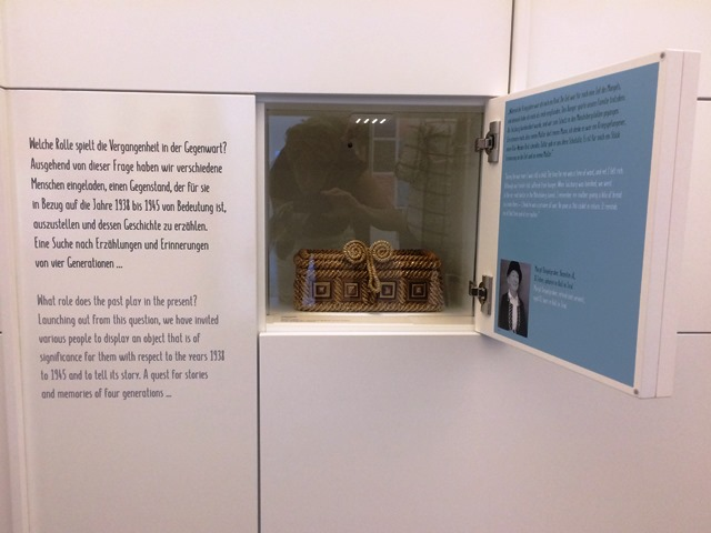 Das Bild zeigt einen Schaukasten im Studio Geschichte im Museum der Moderne