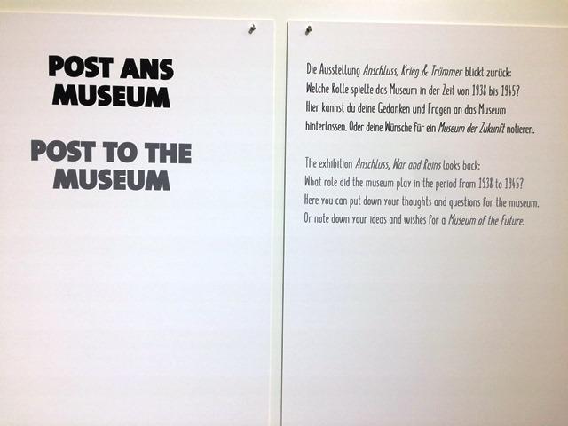 Das Foto zeigt einen Aushang im Salzburg Museum, der zu Post ans Museum auffordert