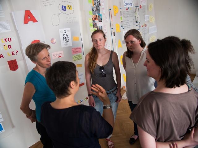 Workshop mit Ulrike Hatzer: Perspektiven - Performance - Passagen. Die Teilehmenden stehen im Kreis