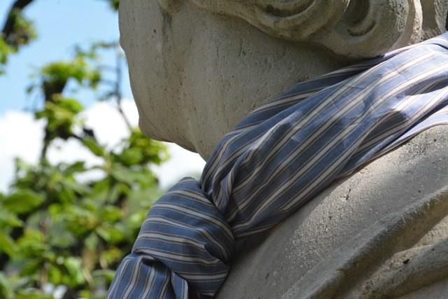 Fotografische Inszenierung als Intervention im Salzburger Stadtraum. eine Statue hat ein Tuch um den Hals geschlungen