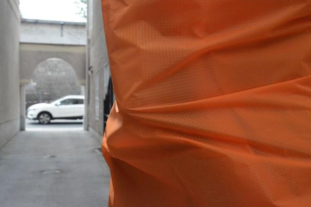 Fotografische Inszenierung als Intervention im Salzburger Stadtraum. Ein Tuch verhüllt Personen