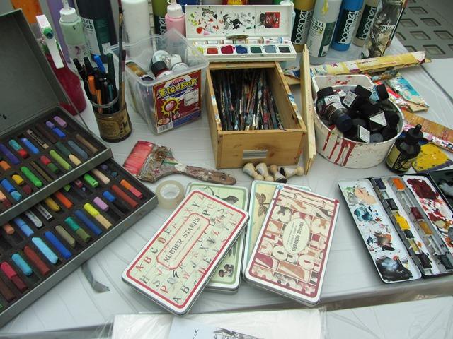 Das Bild zeigt Materialien für den Workshop: Pinsel, Farben, Stempel