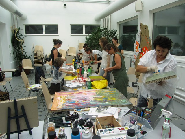 Die Teilnehmerinnen arbeiten an Collagen