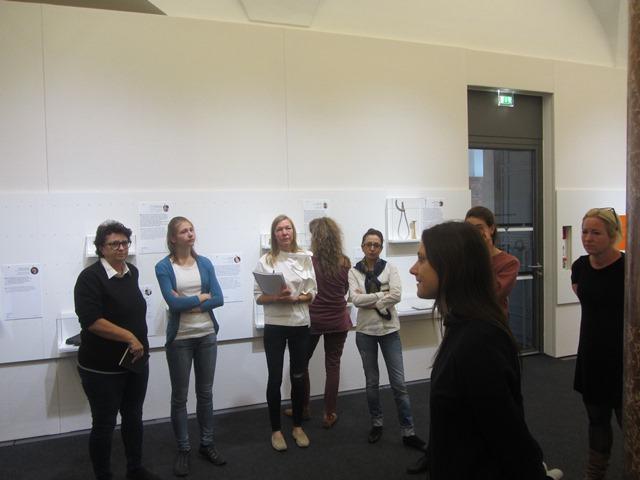 Sandra Kobel spricht im Salzburg Museum zu den Besucherinnen.