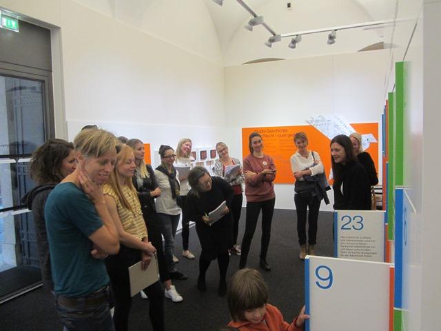 Sandra Kobel erläutert das Vermittlungsprogramm des Salzburg Museum.