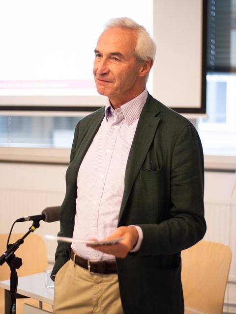 Gerbert Schwaighofer, Leiter des Kooperationsschwerpunkts Wissenschaft & Kunst, eröffnete das W+K-Forum
