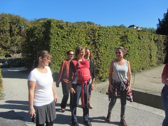 Die Teilnehmerinnen gehen durch den Mirabellgarten