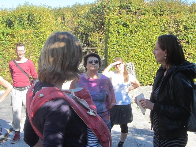 Brigitte Kovacs mit Teilnehmerinnen im Mirabellgarten