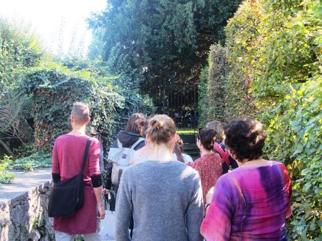 Die Stipendiat*innen gehen gemeinsam mit Brigitte Kovacs durch den Mirabellgarten.