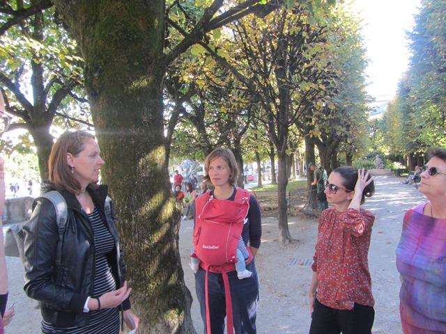 Brigitte Kovacs mit den Teilnehmerinnen im Mirabellgarten.