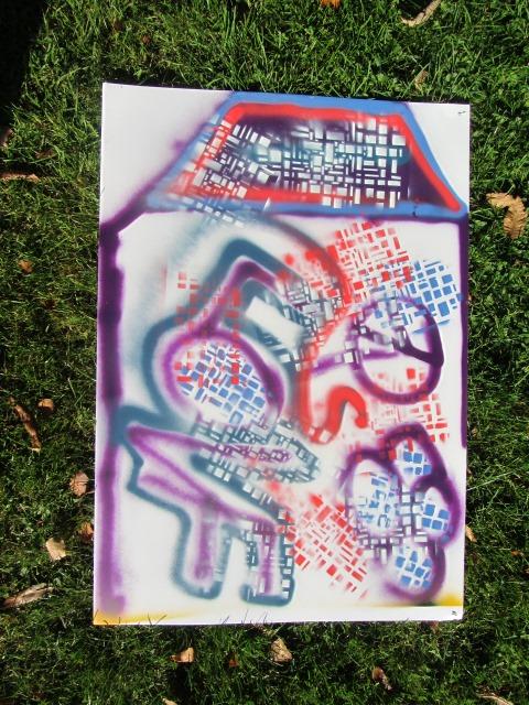 Auf dem Bild ist ein mit bunten Graffitis besprühter Karton zu sehen.