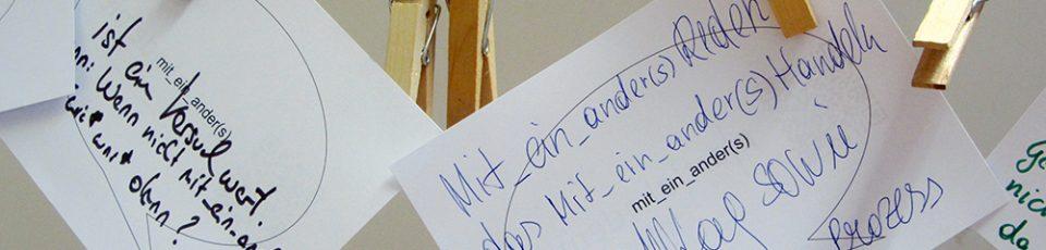 2 Karten mit der Aufschrift miteinanders sin an einer schnur aufgehängt. sie sind auch noch mit Kugelschreiber beschriftet worden