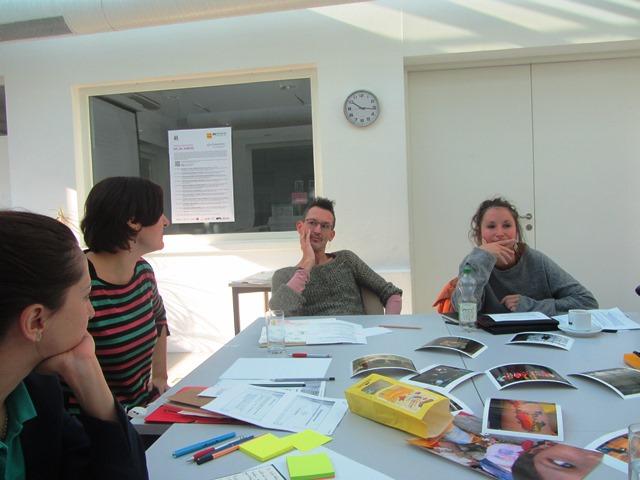Im Bild sind drei Stipendiat*innen und Laila Huber zu sehen.