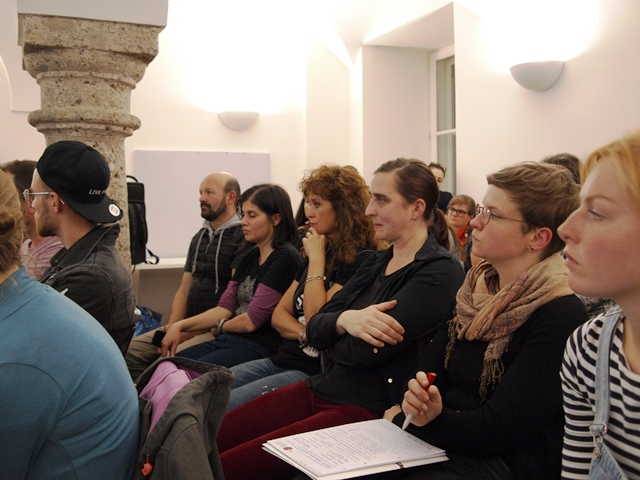 Auf dem Bild ist das Publikum in der akzente Jugendinfo zu sehen