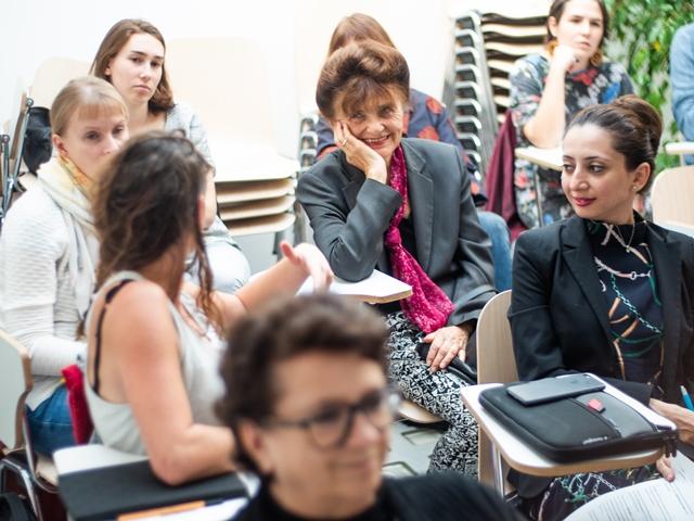 Das Bild zeigt ein Gespräch im Publikum