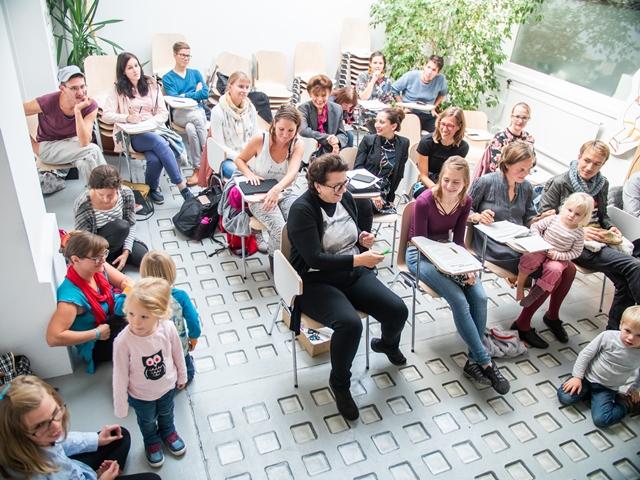 Das Bild zeigt Leute im Publikum