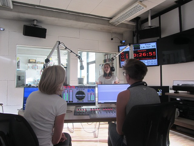 Das Bild zeigt ein Radiostudio mit 3 Teilnehmerinnen
