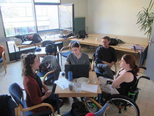 4 Teilnehmerinnen beim Workshop in der Radiofabrik sitzen um einen Tisch