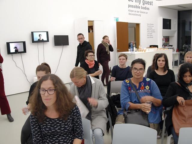 Das Publikum trifft in der Stadtgalerie Lehen ein.