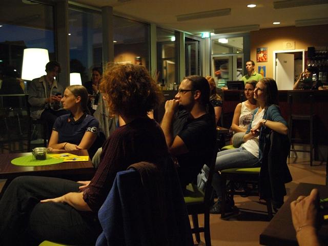 Das Publikum bei der Veranstaltung im Cafe Unikum