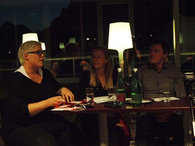 Kathrin Quatember moderierte die Diskussion, sie ist mit 2 anderen Personen auf dem Bild zu sehen.