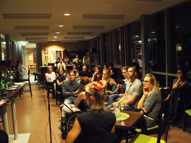 Das Publikum bei der Veranstaltung im Café Unikum im Unipark im Nonntal.