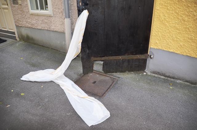 Eine Holztür und ein Tuch, das dahinter hervorquillt