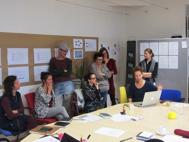 Das Bild zeigt Elisabeth Schmirl mit den Stipendiat*innen