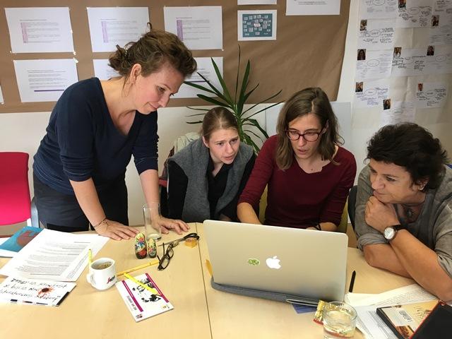 Elisabeth Schmirl mit Stipendiatinnen vor dem Computer.