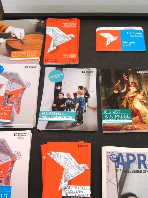 Zu sehen sind Vermittlungsmaterialien des Salzburg Museum