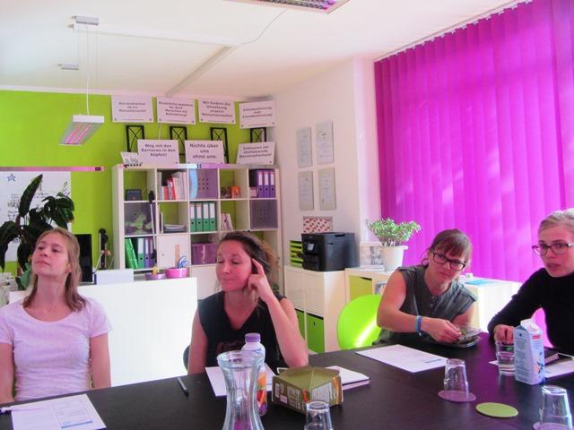 Das Bild zeigt vier Stipendiatinnen im Raum von Verein knackpunkt