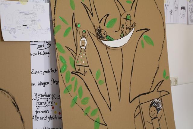 Ein Baum auf Karton mit Hängematte