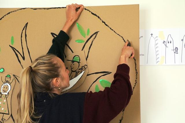 Eine Studentin schneidet eine Figur aus
