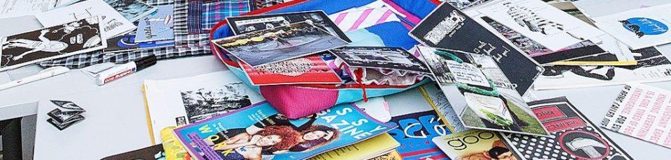 Ds Bild zeigt eine Ansammlung von Zeitschriften und Zines