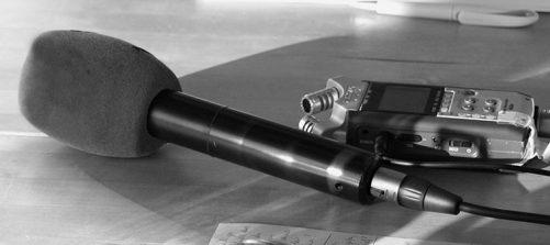 Das Bild zeigt ein Mikrofon und eine Aufnahmegerät